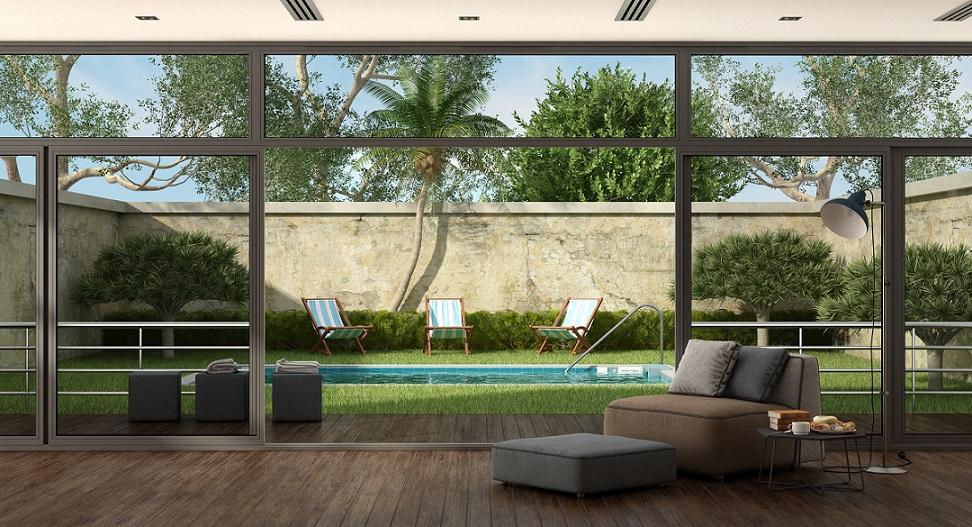 Living al lado de piscina, techado con policarbonato.